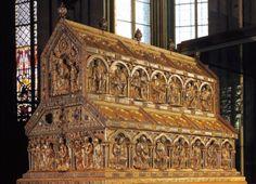En la Catedral de Colonia se encuentra un relicario, en el cual, según dicen, se encuentran los huesos de los tres Reyes Magos. El mismo es un gran sarcófago triple, dorado y muy decorado ubicado encima y detrás del altar mayor.