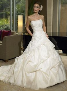 wedding gowns - http://www.wedding-hints.com/2012/11/10/wedding-gowns/