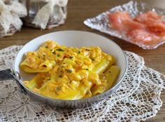 Paccheri al salmone cremosi con zafferano e mascarpone. Una ricetta veloce, ma anche raffinata. Perfetta per la domenica o per i giorni di festa.