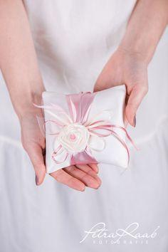 Ringkissen - Ringkissen fein mit Röschen ivory, rosa Feder K5 - ein Designerstück von Perle-Wismer bei DaWanda