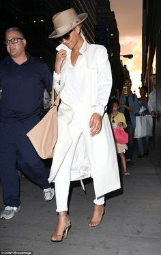 Slim Beyonce cuts a glamorous figure in all-white - - The look was a far cry from her Givenchy dress at the Met Gala last week. Recently Beyonce celebrated Mother's Day with her daughter Blue Ivy. White Fashion, Look Fashion, Autumn Fashion, Fashion Outfits, Fashion Trends, Street Style Summer, Street Style Looks, White Outfits, Fall Outfits