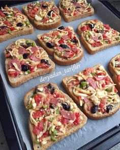 What do you think of the easy-to-make pizza breads you can make at breakfast or even five teas for breakfast Kahvaltı @ deryadan_tarifler 😍😋👌 Turkish Breakfast, Tea Snacks, Food Plus, Non Stick Pan, Iftar, Food Design, Bruschetta, Cake Cookies, Vegetable Pizza