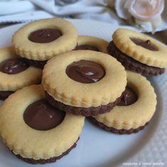 BISCOTTO+OCCHIODIBUE+BIGUSTO+ripieno+nutella Italian Cookie Recipes, Italian Cookies, Italian Desserts, Mini Pastries, Sweet Pastries, Sweet Recipes, Cake Recipes, Dessert Recipes, Biscotti Cookies