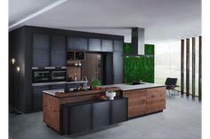 Weinviertler Wohnmanufaktur zeigt eine moderne Inselküche von FM Küchen mit dunklen Fronten und eine Moos-Wandbegrünung. Weinviertler Wohnmanufaktur zeigt fm Küchen | www.wv-wohnmanufaktur.at/