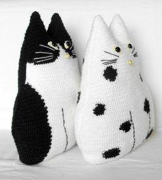 Gehäkelte Katze Spielzeug Kissen-Set schwarz und weiß von zolayka
