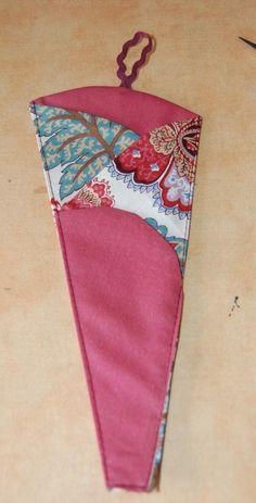 un étui à ciseaux – Créativités manuelles Thread Catcher, Coin Couture, Needle Book, Creation Couture, Patchwork Bags, Sewing Accessories, Christmas Stockings, Embroidery Designs, Sewing Projects