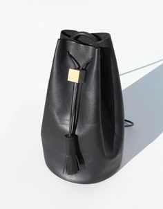 Los Angeles-based Building Block has yet again delivered a collection of bags that redefines functional pieces into an elegant minimalism. Looking back at their previous collections, the style has subtly evolved toward a more mature and luxurious directio Leather Craft, Leather Bag, Black Leather, Leather Tassel, Leather Backpack, Mode Style, Beautiful Bags, Signature Style, Fashion Bags