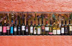 Não jogue fora garrafas de vinho. Elas podem virar vasos. É ainda mais bacana se você manter os rótulos, para lembrar da história de cada bebida. Ideia do diretor teatral Eduardo Martins