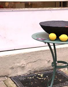 schwarze Schale mit Zitronen