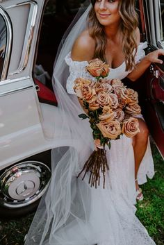Long stem rust colored roses  Photo: BECK ROCCHI White Rose Bouquet, Beautiful Bouquet Of Flowers, Sleek Wedding Dress, Wedding Dresses, Bouquet Wedding, Wedding Flowers, Boho Gown, White Bridesmaid Dresses, Wedding Flower Inspiration
