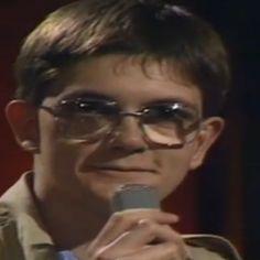"""Le 9 mai 1987, un jeune dessinateur reçoit un prix dans la mythique émission Droit de réponse diffusée sur TF1. Charb, avec 25 ans de moins mais la même bouille, les mêmes lunettes, le même coup de crayon et des étoiles dans les yeux à la mention de Cabu et Plantu,ses """"dieux"""" et futurs collègues."""