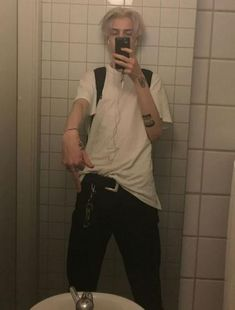 How to Dress Like an Eboy, Outfits and Style - VAGA magazine Bad Boy Aesthetic, Aesthetic Grunge, Hommes Grunge, Beautiful Boys, Pretty Boys, Beautiful Pictures, Grunge Outfits, Boy Outfits, Ivan Bubalo