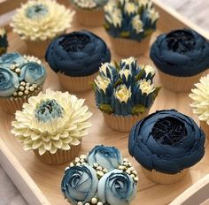 Piping Buttercream Flowers Taylor Made Cake Courses have been perfecting the art of buttercream frosting for over 12 months, gathering Flores Buttercream, Piping Buttercream, Buttercream Cupcakes, Buttercream Flowers Tutorial, Cake Fondant, Vanilla Buttercream, Cupcake Piping, Cupcake Frosting Recipes, Wilton Cakes