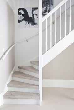 Deze trap is voorzien van overzet treden in het decor Capitol Pine. De stootborden zijn wit.