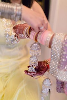 Chicago Indian Wedding from Almond Leaf Studios – Jasmine Batth Chicago Indian Wedding from Almond Leaf Studios glitzy punjabi bridal bangles! Indian Wedding Photos, Big Fat Indian Wedding, Indian Bridal, Indian Weddings, Real Weddings, Bride Indian, Indian Groom, Pakistani Bridal, Romantic Weddings