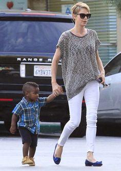Charlize paseando con su hijo Jackson
