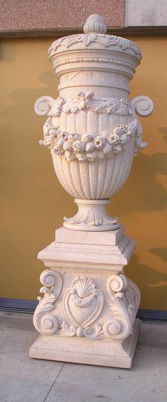 Vaso con basamento in pietra - http://achillegrassi.dev.telemar.net/project/vaso-con-basamento-in-pietra-2/ - Splendida realizzazione di un grande vaso decorato nella parte esterna e appoggiato su di un basamento anch'esso decorato, il tutto in Pietra biancadel Palladio levigata.  Dimensioni: Basamento  85cmx 85cm x 95cm (H)  Vaso  100cmx 100cm x 200cm (H)