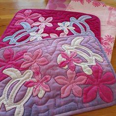 rie_hamaguchiさんはInstagramを利用しています:「いっきに仕上げ!と思ったらファスナー品切れ💦在庫チェック怠りました😱とりあえずパイピングまでにして内ポケットを作ります。止まらずコツコツ💪 #ハワイアンキルト#ホヌ#プルメリア#お薬手帳ケース #hawaiianquilt…」 Panel Quilts, Quilt Blocks, Hawaiian Quilts, Quilting Thread, Thread Painting, Origami Flowers, Quilted Bag, Applique Quilts, Crochet Yarn
