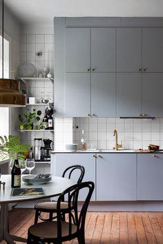 kitchen Loft Blue - A charming light blue kitchen. Apartment Kitchen, Home Decor Kitchen, Kitchen Furniture, Kitchen Interior, New Kitchen, Home Kitchens, Kitchen Design, Cheap Furniture, Skandi Kitchen