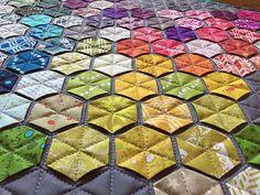 99 Hexies – Meine Alison Glass Mini Quilt (Ameisen zu Zucker) - My Quilt Ideas Hexagon Patchwork, Hexagon Quilt, Quilting Projects, Quilting Designs, Motif Hexagonal, Rainbow Quilt, Quilt Modernen, Manta Crochet, Foundation Paper Piecing