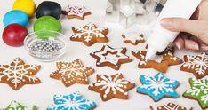 Jak zdobit perníčky: Bílková poleva, která nezasychá | Recepty.Blesk.cz Gingerbread Cookies, Desserts, Food, Google, Gingerbread Cupcakes, Tailgate Desserts, Deserts, Essen, Postres