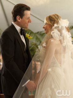 Ringer-Ioan Gruffudd as Andrew Martin and Sarah Michelle Gellar as Siobhan Martin/Bridget Kelly in Ringer.