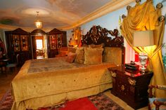 The Villa By Barton G. is the former Versace Mansion in Miami Beach, Florida. This was once Versace's bedroom. LOVE this furniture! Versace House Miami, Versace Casa, Versace Home, Gianni Versace, Casa Casuarina, Mansion Tour, Upscale Restaurants, Accent Furniture, Master Bedroom