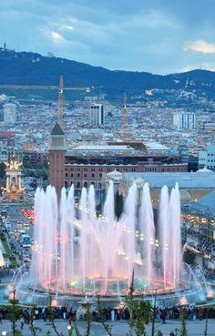 Les fonts de Montjuïc, a Barcelona. Paga la pena de gaudir de les filigranes de l'aigua mentre sona una música que t'embolcalla fins fer-te pujar als núvols!