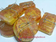 Materiales: -Base de jabón de glicerina transparente y opaco -Piel de naranja seca -Miel -Aceite de almendras -pequeños moldes de silicona Dejaremos secar la piel de naranja troceada de 5 a 7 días, podemos acelerar el secado si ...