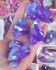 All about geodes in the crystal world. Rock Collection, Crystal Collection, Minerals And Gemstones, Rocks And Minerals, Crystal Aesthetic, Cool Rocks, Crystal Magic, Rocks And Gems, Stones And Crystals