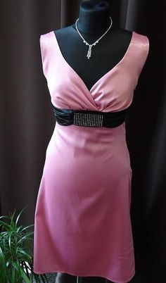Elegantní dámské šaty pro každou společenskou událost.