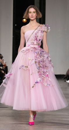 Find tips and tricks, amazing ideas for Georges chakra. Discover and try out new things about Georges chakra site Georges Chakra, Gala Dresses, Couture Dresses, Fashion Dresses, Wedding Dresses, Flapper Dresses, Fashion Week, Look Fashion, Fashion Show