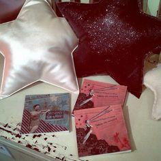 """Un joli coin @boutondesoie avec les carnets de notes et croquis de la collection """"American girls"""" #lespetiteskasko #numero74_official  #stars #etoiles #carnets #papeterie #madeinfrance #pinup  #papeterielespetiteskasko #stationaryaddict  #stationarylespetiteskasko #nicekidsshop #kidshomedecor #cushions #glitter #paperproducts"""