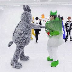 BTS Jungkook and Jimin play fighting Gif Jimin Jungkook, Bts Bangtan Boy, Bts Aegyo, Jungkook Funny, Taehyung, Wattpad, Bts Halloween, Halloween Dance, Namjin
