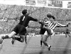 """Un'immagine dalla """"partita fantasma"""". Juventus-Inter giocata 16 aprile fu interrotta dopo mezzora perché l'Inter non intendeva continuare per via dei troppi spettatori accalcatisi ai bordi del campo. La partita fu rigiocata poi il 10 giugno 1961 a scudetto acquisito dalla Juventus. L'Inter mandò in campo """"i ragazzini"""" (fra cui l'esordiente Sandro Mazzola) uscendo sconfitta per 9-1. Fu l'ultima partita di Giampiero Boniperti."""