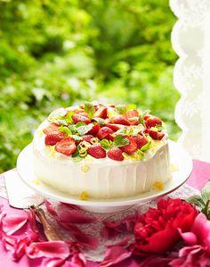 Mansikka-mascarponekakku // Strawberry & Mascarpone Cake Food & Style Riikka Kaila & Helena Saine-Laitinen Photo Timo Villanen Maku 3/2014, www.maku.fi
