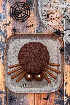 Gâteau araignée pour Halloween - Amandine Cooking Hallowen Food, Halloween Desserts, Halloween Cupcakes, Halloween Decorations, Halloween 2020, Fall Halloween, Happy Halloween, Chocolat Halloween, Haloween Party