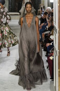 Valentino Spring 2019 Couture Collection - Naomi Campbell's presence is always felt during Fashion Week in New York, Europe, and beyond. Couture Week, Spring Couture, Haute Couture Fashion, Fashion Week, Runway Fashion, High Fashion, Paris Fashion, Feminine Fashion, Steampunk Fashion