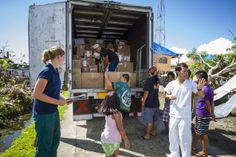 action medeor Mitarbeiterin Katharina Wilkin organisiert die Verteilung von Medikamenten auf den Philippinen.