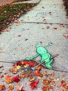 Ann Arbor è una sconosciuta città del Michigan, negli Stati Uniti, che conta poco più di 100.000 abitanti ed è fuori da qualsiasi rotta turistica. Per gli amanti della street art, però, potrebbe diventare una meta obbligatoria. Perché? Perché ci abita un piccolo esserino verde dal nome Sluggo che colora e anima le sue strade ed è nient'altro che la creazione dell'artista autoctono David Zinn. Il piccolo residente, completamente disegnato con un semplice gessetto, è dal 2008 che appare...