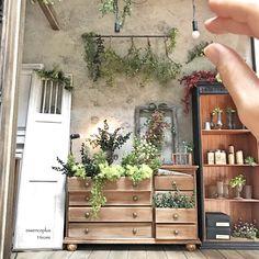 Wonderful detail for miniatures! Miniature Plants, Miniature Rooms, Miniature Houses, Miniature Furniture, Doll Furniture, Dollhouse Furniture, Dollhouse Interiors, Diy Dollhouse, Dollhouse Miniatures