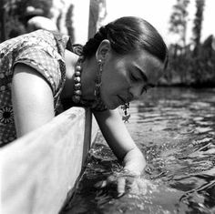 Frida - looks like it was shot in the floating gardens of Mexico City? Yes: Frida Kahlo at Xochimilco, Mexico, 1937 - Fritz Henle Diego Rivera, Frida E Diego, Frida Art, Nickolas Muray, Mexican Artists, Foto Art, Photomontage, Mexico City, Great Artists