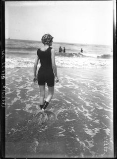 Portrait  - Photo - Girl walking in the water at the beach - French photo