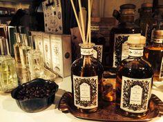 Fragranza d'Ambiente Peonia nelle  bottiglie in vetro da 250 ml. e 500 ml. con bastoncini diffusori. www.wallycosmetici.com