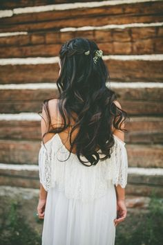 Gorgeous long curled hairstyle for the bride