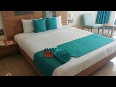 Decorating Tips- How to Decorate Long Bed Runner/Throw-Bed Runner tutorial How to make hotel bed Make Bed Like Hotel, Bedroom Wall Designs, Bedroom Decor, Bathroom Towel Decor, Bed Photos, Romantic Room, Mattress Sets, Hotel Bed, Simple Bed