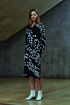 Marimekko : Gill dress in Kottarainen Print Work Fashion, Modern Fashion, Fashion Looks, Fashion Design, Wild Style, My Style, Clothes Encounters, Black And White Love, Marimekko