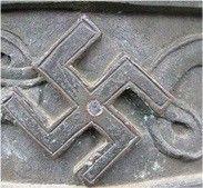 Odznaka Wdzięczności Związku Harcerstwa Polskiego z 1921r. Wprowadzona na wzór brytyjski.  Osoba posiadająca ten znak może prosić o pomoc każdego polskiego harcerza.  Znak swastyki został usunięty ze skautingu światowego po przejęciu tego znaku przez nazistów.