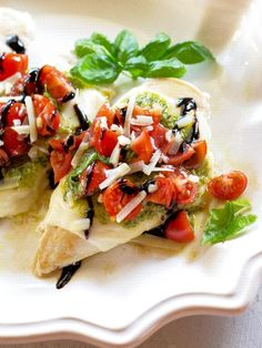 This Pesto Bruschetta Chicken is a healthy chicken dinner with mozzarella, tomatoes, pesto, and a balsamic drizzle. If you love a good Italian dinner, you'll love this Pesto Bruschetta Chicken that takes 20 minutes Costco Chicken, Chicken Recipes, Recipe Chicken, New Recipes, Healthy Recipes, Cheap Recipes, Cheap Meals, Greek Recipes, Chicken