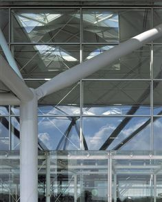 With this project, Stansted attempted to recapture the clarity of early airfields, together with some of the lost romance of air travel. Norman Foster, Building Structure, Steel Structure, London Airports, Foster Partners, Space Frame, Steel Buildings, Steel Frame, The Fosters